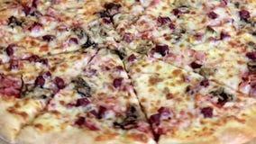 Fraîchement fond italien traditionnel cuit au four et découpé en tranches de rotation de pizza, fin  banque de vidéos
