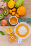 Fraîchement jus d'orange avec la tranche orange, gingembre, passiflore comestible de passiflore, Photo libre de droits