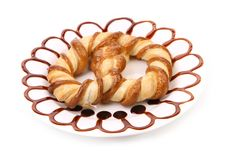 Fraîchement le bretzel de fantaisie a fait cuire au four dans un plat blanc. Image libre de droits