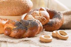 Fraîchement pâtisseries sur la table image stock