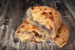 Fraîchement pain déchiré par Flatbread fait lever de Pitta cuit au four par cheminée aromatique réglé sur le vieux Tableau en boi Images stock