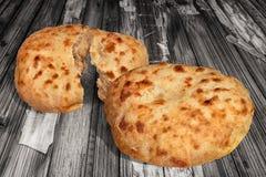 Fraîchement pains faits lever domestiques de Flatbread de Pitta cuits au four par cheminée aromatique réglés sur le vieux Tableau Images libres de droits