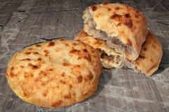 Fraîchement pains faits lever domestiques de Flatbread de Pitta cuits au four par cheminée aromatique réglés sur le vieux Tableau Photos libres de droits