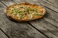 Fraîchement pizza aux légumes cuite au four par four en bois délicieux Photo libre de droits