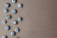 A fraîchement sélectionné des myrtilles sur un fond brun, l'espace pour le texte images stock
