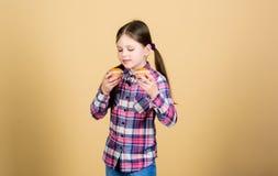 Fraîcheur de cuisson chaque jour Petit enfant mignon avoir plaisir à faire cuire au four et manger de la nourriture douce Petite  photos stock