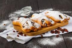 A fra?chement fait des petits pains cuire au four de cannelle ?pousset?s avec du sucre en poudre photo stock
