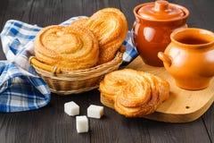 A fra?chement fait des petits pains cuire au four de cannelle ?pousset?s avec du sucre en poudre photos libres de droits