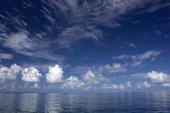 Fra cielo e l'oceano Immagini Stock
