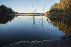 Fra il cielo ed il lago fotografia stock libera da diritti
