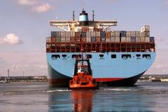 Fra le navi porta-container giganti fotografia stock libera da diritti