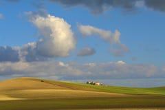 Fra Puglia e la Basilicata Campo di agricoltura con il trattore dominato dalle nuvole - L'ITALIA Immagini Stock