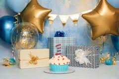 Fracas de gâteau d'anniversaire avec le nombre D'abord b?b? de g?teau Le décor de l'anniversaire Fracas de g?teau d'anniversaire  photographie stock libre de droits