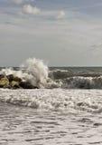 Fracas de vague dans les roches Image libre de droits