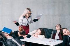 Fracaso de la reunión de negocios que trabaja demasiado sueño de la tensión imagenes de archivo