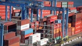 Fracht-Behälter in Valparaiso, Chile stock footage