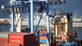 Fracht-Behälter in Valparaiso, Chile stock video