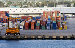 Fracht-bewegliche Maschinerie auf Verschiffen-Pier Lizenzfreie Stockbilder