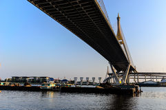 Fracht-Boot unter Bhumibol-Brücke Stockfoto