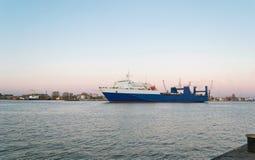 Fracht-Containerschiff verlässt den Schacht Stockfotografie