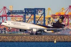 Fracht-Flugzeuglandung United Parcel Services McDonnell Douglas MD-11 bei Sydney Airport stockbilder
