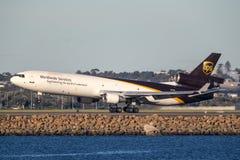 Fracht-Flugzeuglandung United Parcel Services McDonnell Douglas MD-11 bei Sydney Airport stockbild