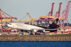Fracht-Flugzeuglandung United Parcel Services McDonnell Douglas MD-11 bei Sydney Airport lizenzfreies stockfoto