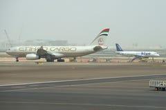 Fracht Fracht-Airbusses A330-200F (A6-DCB) Etihad während des Mit einem Taxi fahrens am Flughafen von Abu Dhabi Stockbilder