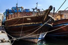 Fracht-hölzerner Araber versendet auf dem Kai im Hafen von Deira Lizenzfreie Stockfotos