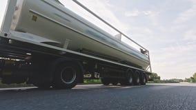 Fracht-LKW mit Brennstoffdem dieselfrachtanh?nger, der auf eine Landstra?e f?hrt stock video