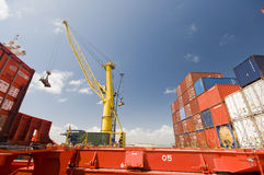 Fracht-Operation an Bord des Containerschiffs Stockfotos