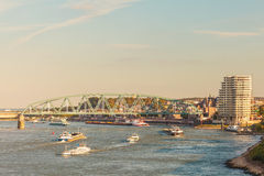 Fracht Riverboats, welche die niederländische Stadt von Nijmegen führen stockbilder