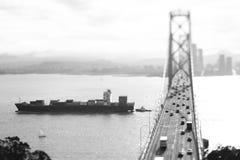 Fracht-Schiff, das unter Bucht-Brücke überschreitet Stockbilder
