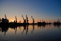 Fracht streckt sich im Dock des Industriehafens auf Sonnenaufgang Stockbild
