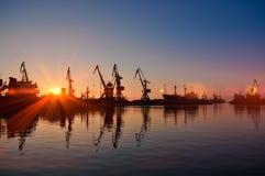 Fracht streckt sich im Dock des Industriehafens auf Sonnenaufgang Stockfotos