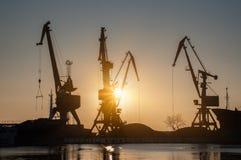 Fracht streckt sich im Dock des Industriehafens auf Sonnenaufgang Stockfotografie