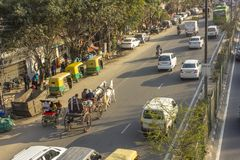 Fracht z dwa białymi koniami w miasto ruchu drogowym na Indiańskim ulica widoku z lotu ptaka zdjęcia royalty free