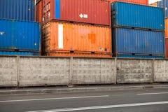 Frachtbehälter werden im Hafengebiet gestapelt Stockbild