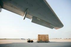 Frachtbehälter wird zum Flugzeug getragen lizenzfreies stockbild