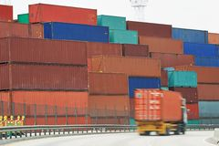 Frachtbehälterkästen im Dockanschluß Stockbild