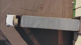 Frachtcontainer für ladende Waren am Seehafen, Draufsicht stock footage