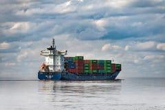 Frachtcontainerschiff verlässt Hafen von Riga, Lettland Stockbilder
