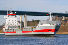 Frachter auf Kiel-Kanal lizenzfreies stockbild