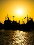 Frachter bei dem Sonnenuntergang lizenzfreie stockfotos