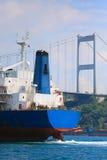 Frachter in der Bosporus-Straße stockfotografie