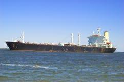 Frachter, der in Kanal dämpft stockbild