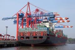 Frachter in einem Containerterminal stockfotos