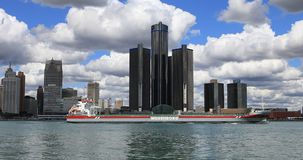 Frachter kreuzt die Detroit-Skyline 4K stock video