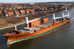 Frachter mit Kränen auf Kiel-Kanal lizenzfreie stockfotografie