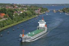 Frachter nahe der Lieferungsverriegelung von Kiel Holtenau Lizenzfreies Stockfoto